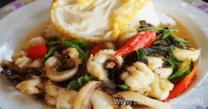 ผัดกระเพราปลาหมึก อาหารไทย อาหารจานเดียว เมนูผัด