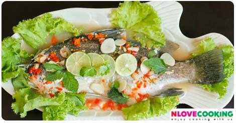 ปลากระพงนึ่งมะนาว สูตรปลากระพงนึ่งมะนาว วิธีทำปลากระพงนึ่งมะนาว เมนูปลา