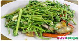 ผัดกระเฉดหมูกรอบ หมูกรอบผัดผักกระเฉด อาหารไทย เมนูผัด
